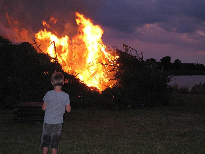Børnene er altid fascinerede af bålet.