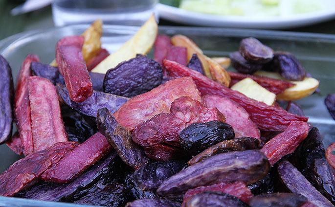De farvede kartofler holder farven ved ovnstegning.