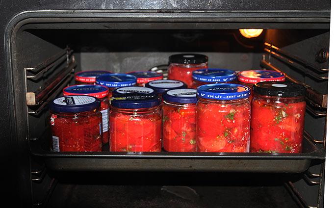 Der bages tomater i glas i ovnen.