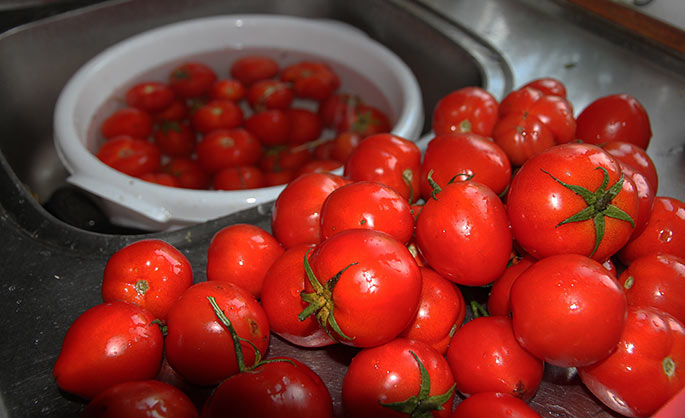 Mange tomater er fyldt med jord - så godt med et praktisk køkkenbord.