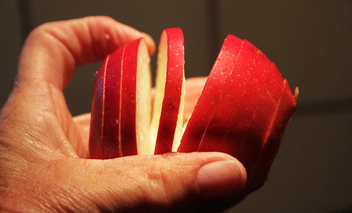 Æblet bliver delt ud i en lang spiral.
