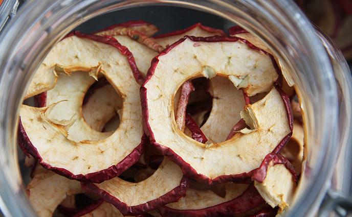 Færdig tørrede æbleringe.