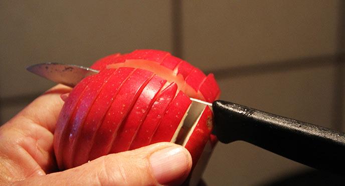 Æblespiralen skæres igennem, så den bliver til en masse æbleringe.