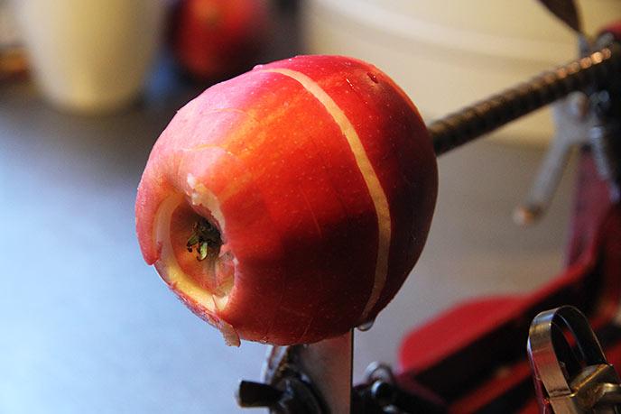 Æblet skæres i en lang spiral og kernehuset skæres samtidig ud.