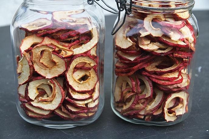 Knap to henkogningsglas med tørrede æbler.