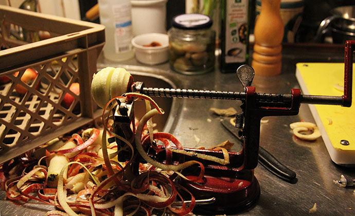 Æbleskrællemaskinen er et vidunder, der sparer masser af tid.