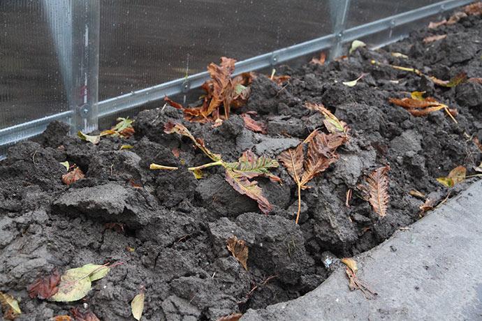 Bed langs med drivtunnel. Det skulle gerne blive til god jord til at dyrke i næste år.