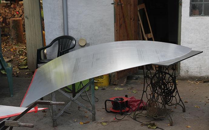 Den ene side af gavlen er savet ud med stiksav og klar til montering.