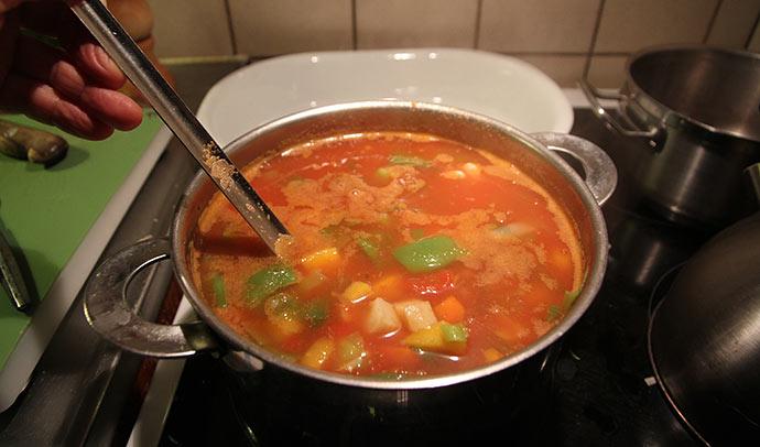 En god tomatsuppe med masser af grønsager og hvidløg.