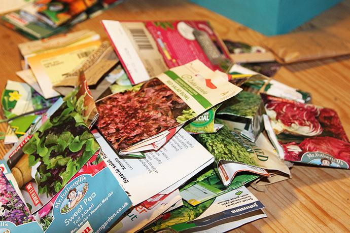 Der er mange poser med salat fra sidste års testdyrkning.