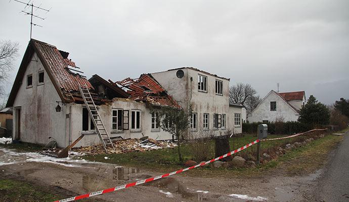 Et udbrændt hus - det er vores hus i baggrunden.
