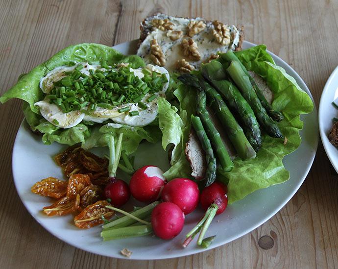 Frokost 1. maj - dejligt med friskt grønt igen.