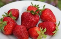 Sommerens første røde jordbær.