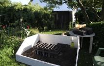 I det varme vejr blev plantetbordet brugt ude på havebordet.