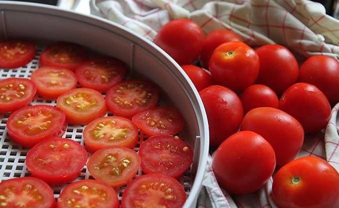 Mellemstore tomater skåret i skiver.
