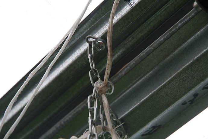 Sikkerhedskæden bindes sammen, så den også er helt stram.
