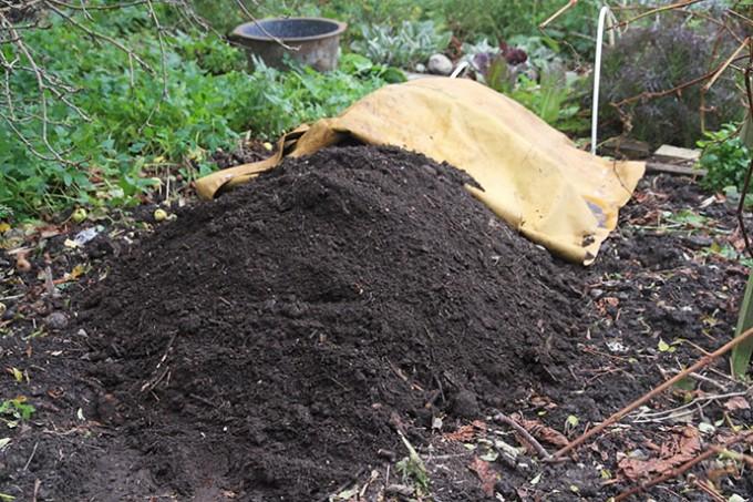2/3 del af den omsatte kompost er kørt hen i den ny bunke.