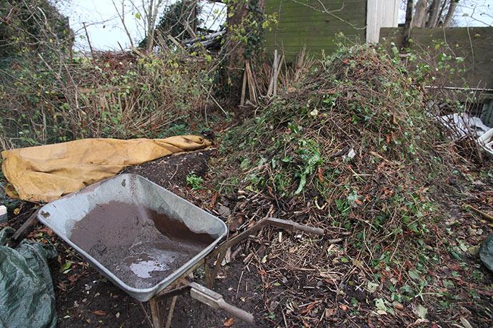 Kompostplads med megastor samlebunke, der skal sættes til kompostbunke.