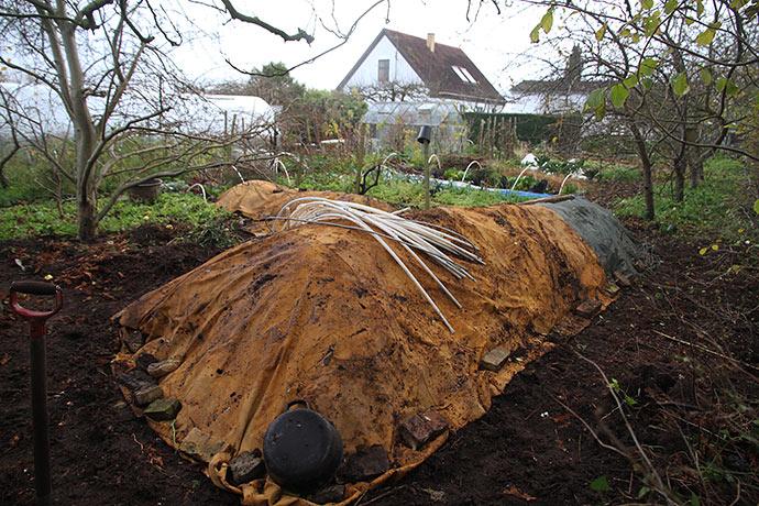 Kompostpladsen set fra det nordvestlige hjørne af haven.