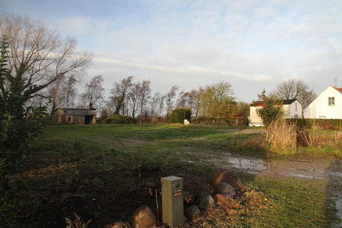 Grunden set fra hjørnet mod SSØ. Vores hus ses til højre.