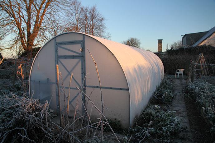 Drivtunnelen er placeret, så morgensolen om vinteren kommer ind på langsiden af drivtunnelen og hurtigt varmer den op.