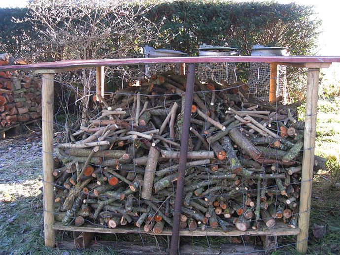 Kvasburet til optændingspinde, som Sigismund har været med til at bygge og fylde pinde i.