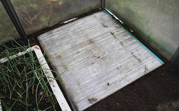 Jeg lagde en isolerende plastplade ovenpå jorden. Den fjerner jeg igen, når frosten forhåbentlig er væk om en god uges tid.