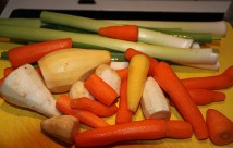Gulerødder, persillerødder, majroer og porrer til grønsagssuppe.