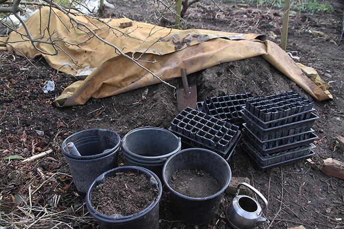 Der blev hentet såjord i stor stil. Jeg bladede såjorden i kanten af kompostbunken i et stille og dejligt vintervejr.