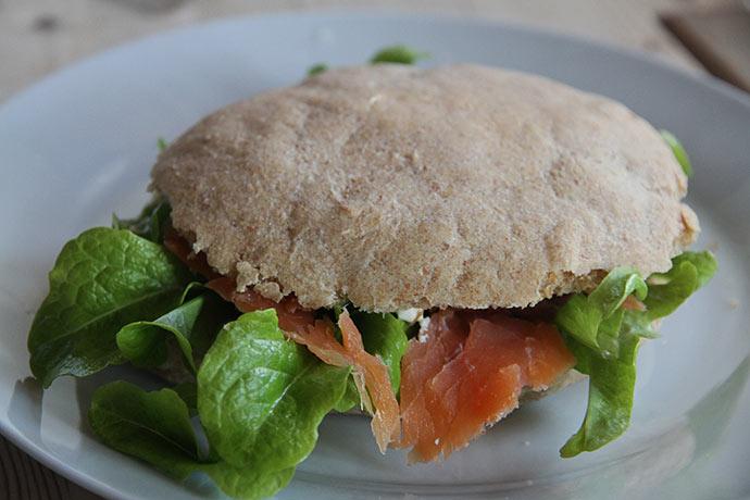 Der kom grøn egebladet salat i sandwichbollerne til frokost.