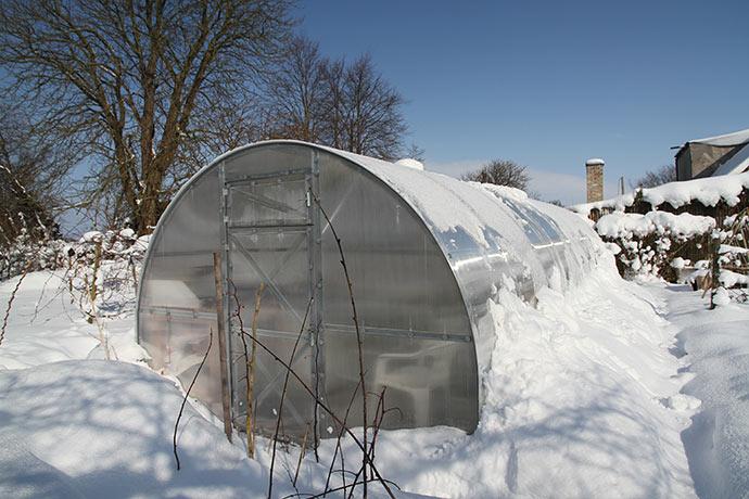 Drivtunnelen er dækket af sne på den nederste del, så det isolerer selvfølgelig.