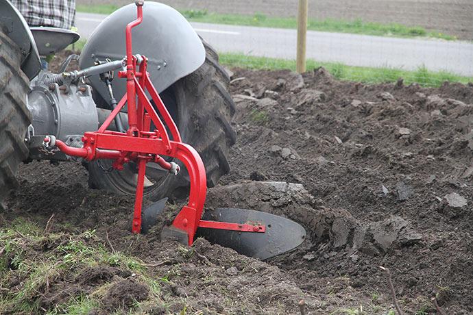 De gamle maskiner kan stadig klare jordarbejdet.