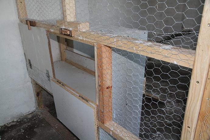 Smart detalje: vi kan åbne ude fra forrummet og hente æg uden at skulle ind i hønsehuset.