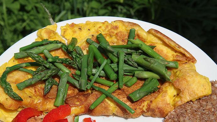 Æggekagge af egne æg og med asparges fra haven. Jeg gemmer gerne de tynde asparges til æggekage eller aspargessuppe.