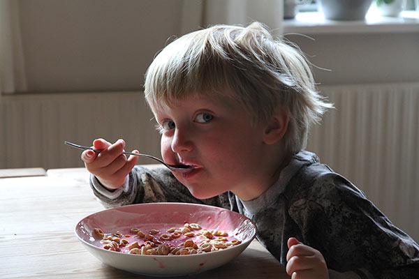 I juli kommer hindbærrene. Vores yngste barnebarn Sigismund lavede dog sin egen udgave med mosede hindbær i sin yoghurt.