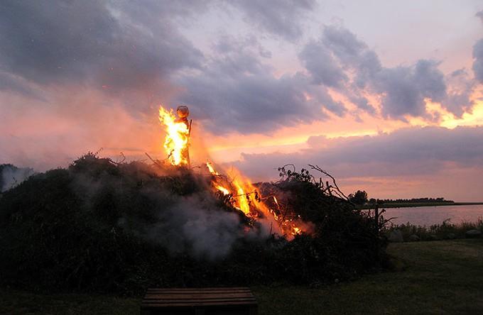 Bålet sender heksen til Bloksbjerg.